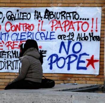 Striscione contro il Papa