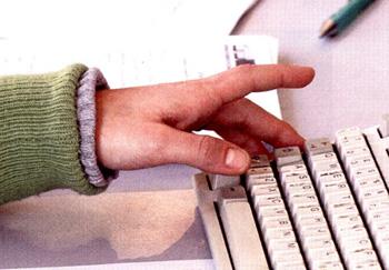 Mano che usa il computer